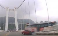 Драка пассажирки и водителя автобуса в Китае привела к смертельной аварии (видео)
