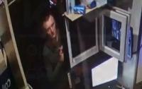 Ударил по голове и забрал деньги: в Сети показали вора, орудующего в Киеве (видео)