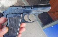 В Днепре возле магазина парковщик устроил стрельбу