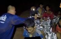 Застрявших в пещере в Таиланде детей учат плавать с аквалангом