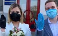 Свадьба по-новому: в Киеве пара расписалась в масках и перчатках