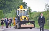 Тело водителя экскаватора привезли на похороны в ковше (видео)
