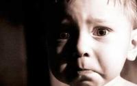 Мать избила и выгнала из дома двух маленьких сыновей