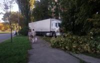 В Киеве грузовик едва не врезался в жилой дом