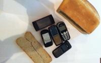 Заключенные пытались пронести в колонию телефоны в хлебе