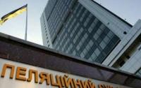 В Киеве из окон Апелляционного суда вылетели тысячи дел (видео)