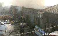 В Киеве горел рынок промышленно-хозяйственных товаров