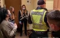 Доблестные полицейские обнаружили бордель и всех закрыли