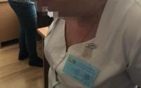 Родителей заставляли платить врачу 500 долларов за то, чтоб она выполнила свои обязанности (видео)