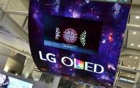 На потолок аэропорта установили огромные изогнутые мониторы OLED (ФОТО)