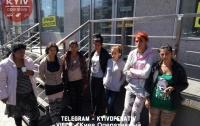 В Киеве группа женщин нагло забрала у мужчины сумку с деньгами