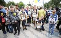 Президенту решили напомнить о погибших героях российско-украинской войны (фото)