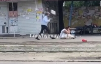 В Днепре дворник избила женщину, которая мешала ей работать (видео)
