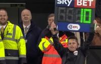 Болельщик заменил судью на футбольном матче чемпионата Англии