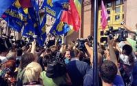 Нардепы прорывались в Киевсовет через окна (ВИДЕО)
