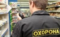 Охранник супермаркета организовал родственников на кражу продуктов