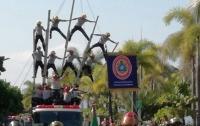 Пирамида из пожарных рухнула во время праздничного парада (видео)