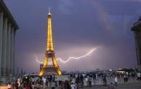 В Париже 11 человек стали жертвами удара молнии