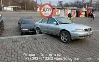 В Киеве на входе в метро столкнулись два авто