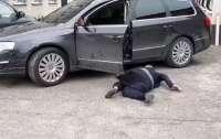 Пьяный водитель еле заполз в авто и стал