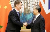 Глава МИД Великобритании перепутал китайцев с японцами