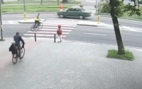 Карета скорой помощи сбила на переходе ребенка (видео)