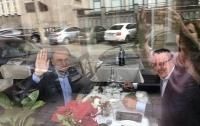 Двух кандидатов в президенты заметили за милой беседой в кафе
