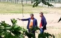 В Мелитополе возле школы парни обстреляли храм (видео)