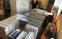 На Закарпатье в вагоне поезда нашли тысячи пачек контрабандных сигарет