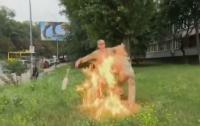У здания Минобороны военный устроил самосожжение (видео)