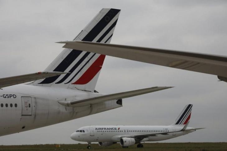 Впарижском аэропорту столкнулись два пассажирских самолета