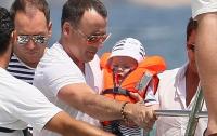 Элтон Джон и его партнер Дэвид Ферниш отдыхают с сыном в компании других геев  (ФОТО)