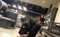 Женщина в супермаркете напала на кассиров и охранника (видео)