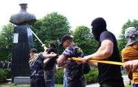 В Харькове вандалы испортили памятник Жукову