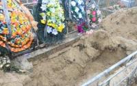 Сын раскопал могилу матери по ее