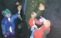 Под Киевом отец заставлял малышей стоять на крыше больницы