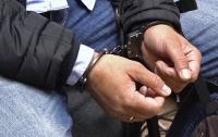 Двое иностранцев обворовали девочку на остановке в Киеве