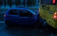 Серьезное ДТП в Киеве: авто влетело в троллейбус с пассажирами (видео)
