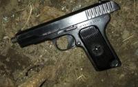 В Днепре пьяный мужчина бросался на прохожих с пистолетом