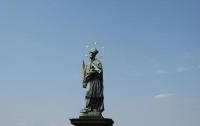 Француз поломал скульптуру Святого Яна на Карловом мосту в Праге