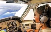 Пилот-новичок ювелирно посадила неисправный самолет на оживленную трассу (видео)