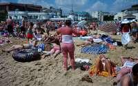 Британцам надоел карантин и они массово заполнили пляжи