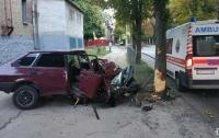 Серьезное ДТП в Харькове: легковушка вылетела на тротуар