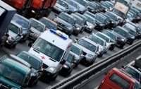 Азаров поручил МВД усилить ответственность водителей