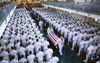 В США с почестями похоронили Джона Маккейна