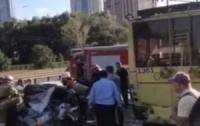 Автомобиль на полном ходу врезался в троллейбус (видео)