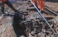 В центре Днепра девушка переходила дорогу и провалилась под землю (видео)