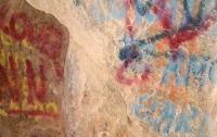 Вандалы разрисовали пещеру с наскальными рисунками в Чили