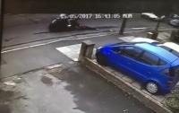 Вор-мотоциклист протащил женщину по асфальту, пытаясь ограбить (видео)