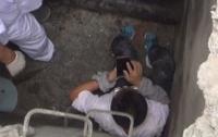 Геймер провалился в люк и сломал коленную чашечку, но продолжил играть на смартфоне